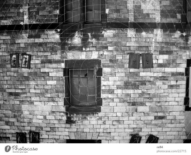 der zerfall Verfall labil Mauer Wand Ruine Zerreißen Gemäuer Köln Demontage kaputt retro grau trist Jahrhundert verwandeln Fenster leer schwarz dunkel