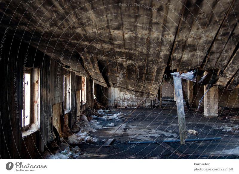 Dachschaden Industrieanlage Fabrik Ruine Bauwerk Gebäude Mauer Wand Fenster Decke Holzdecke Zusammenbruch Einsturzgefahr alt bedrohlich dunkel kaputt blau braun