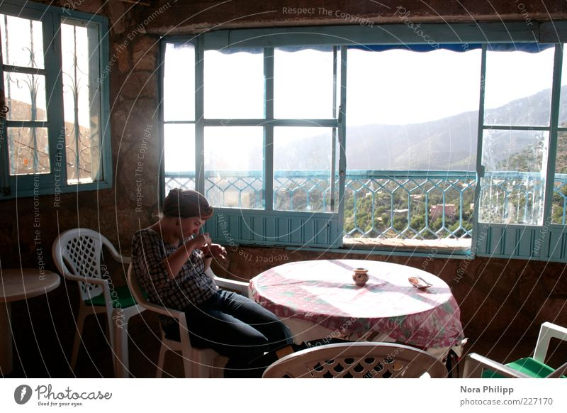 prinzessin jawharah Mensch Frau Jugendliche schön Ferien & Urlaub & Reisen Sonne Haus Erwachsene Ferne Fenster Berge u. Gebirge träumen Raum Tisch 18-30 Jahre