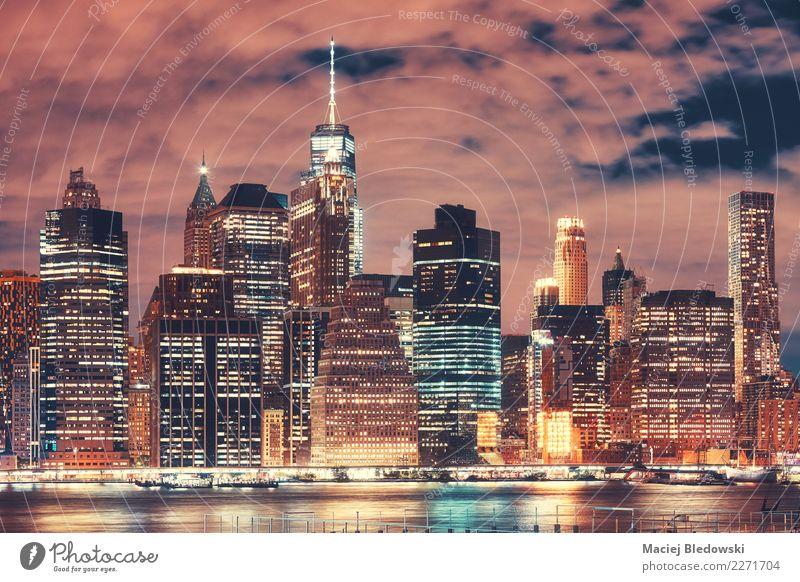 New York City-Skyline nachts, USA. Büro Fluss Stadt Stadtzentrum überbevölkert Hochhaus Bankgebäude Gebäude Architektur Wahrzeichen außergewöhnlich elegant