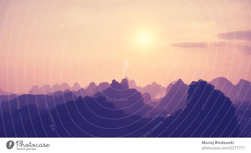 Sonnenuntergang über Karstbergen in Guilin, China. schön Ferien & Urlaub & Reisen Freiheit Sommerurlaub Berge u. Gebirge wandern Tapete Natur Landschaft Himmel