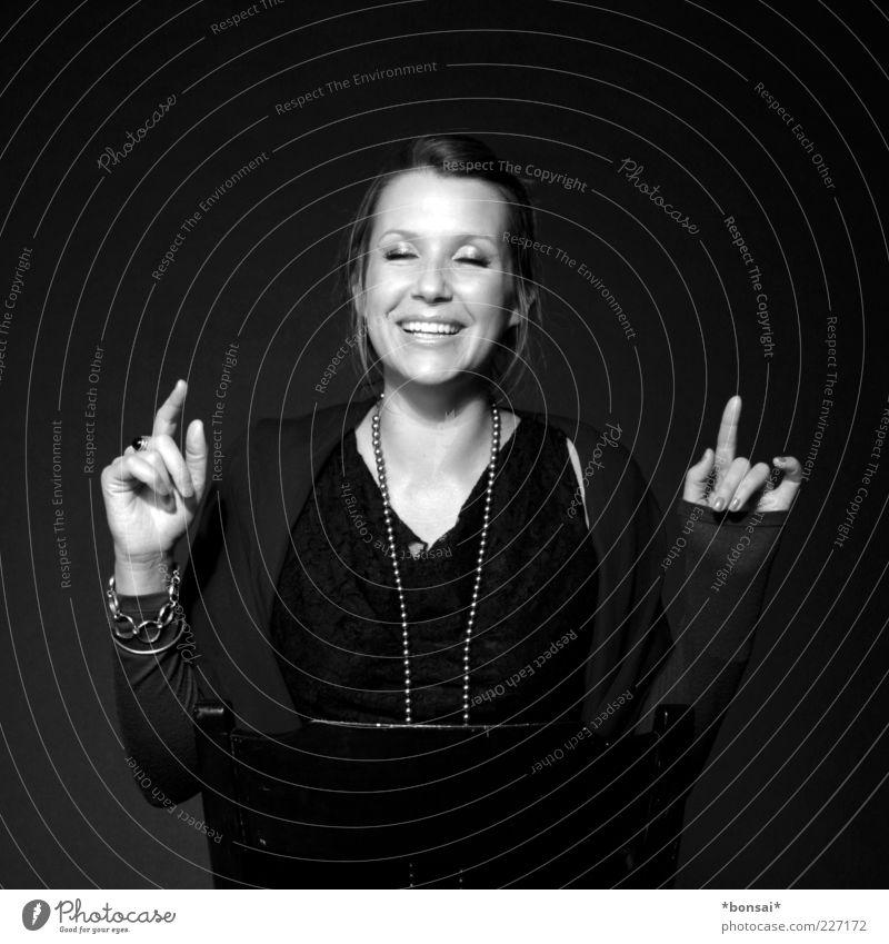 smiling Stil Freude Stuhl feminin Junge Frau Jugendliche 1 Mensch 18-30 Jahre Erwachsene Mode Accessoire Schmuck brünett genießen Lächeln lachen Musik hören