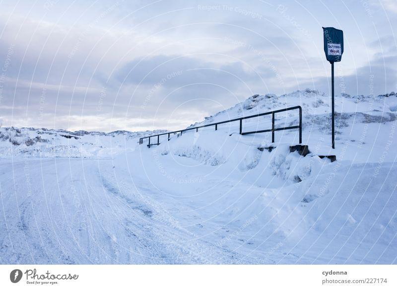 Willkommen im Schneedepot Himmel Natur Wolken ruhig Winter Einsamkeit Straße Schnee Umwelt Berge u. Gebirge Landschaft Wege & Pfade Eis Schilder & Markierungen Platz ästhetisch