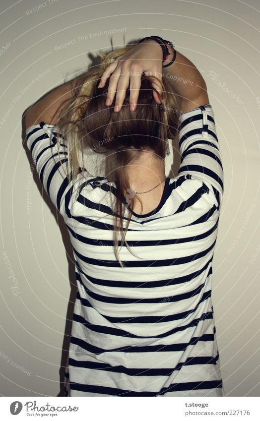her backside feminin Junge Frau Jugendliche 1 Mensch 18-30 Jahre Erwachsene gestreift grau schwarz weiß Farbfoto Innenaufnahme Rückansicht Haare & Frisuren Hand