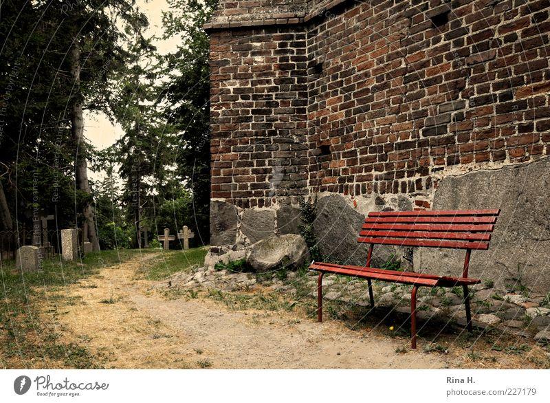 Aussichten Sommer Kreuz warten Gefühle Hoffnung Glaube Müdigkeit Vergänglichkeit Kirche Bank Friedhof Grab Wege & Pfade Farbfoto Außenaufnahme Menschenleer