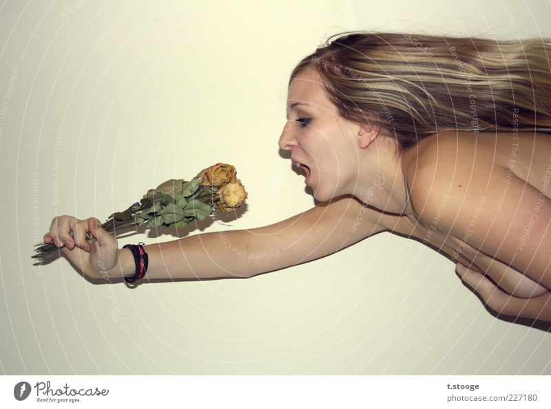 Guten Appetit! Mensch Jugendliche feminin nackt Kopf Haare & Frisuren Erwachsene blond Rose festhalten Blumenstrauß skurril 18-30 Jahre langhaarig Junge Frau