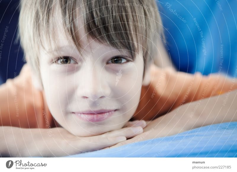 lucky Luke Wohlgefühl Zufriedenheit Erholung Mensch Kind Junge Kindheit Jugendliche Gesicht beobachten Denken genießen Lächeln liegen Blick träumen authentisch