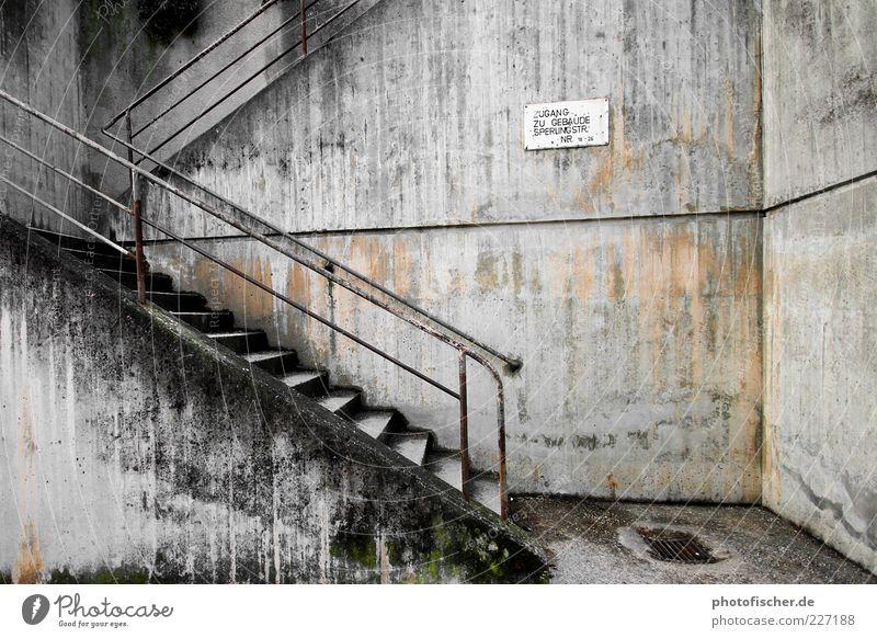 Boredom Kunst Mauer Wand Treppe Beton Rost Traurigkeit Gedeckte Farben Außenaufnahme abstrakt Kontrast Treppengeländer Schilder & Markierungen trist verwittert