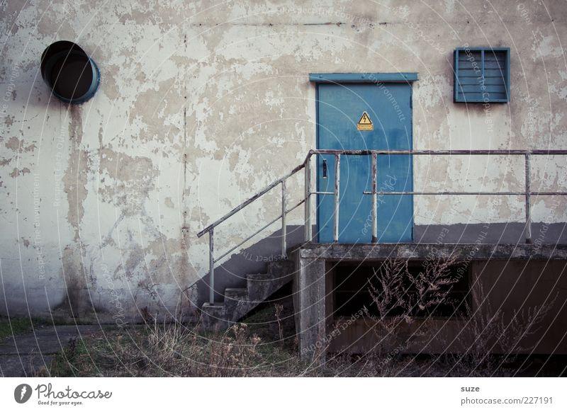 Ich nehm den gelben Umschlag blau alt Wand Gras grau Mauer Gebäude Tür Fassade Treppe geschlossen trist Sicherheit Industriefotografie trocken Geländer