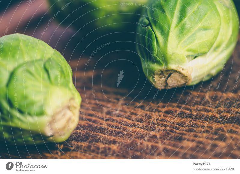 Rosenkohl Lebensmittel Ernährung Bioprodukte Vegetarische Ernährung Diät Schneidebrett frisch braun gelb grün genießen roh Rohkost Farbfoto Nahaufnahme