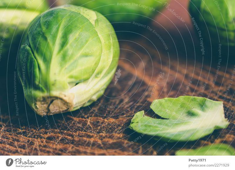 Rosenkohl Lebensmittel Gemüse Bioprodukte Vegetarische Ernährung Diät Schneidebrett frisch braun gelb grün genießen roh Rohkost Farbfoto Nahaufnahme