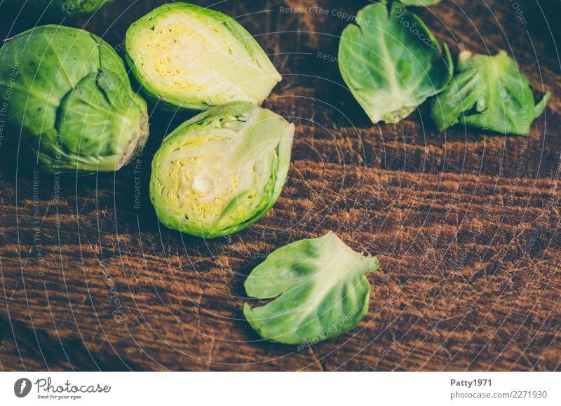 Rosenkohl Lebensmittel Gemüse Bioprodukte Vegetarische Ernährung Diät Schneidebrett frisch braun gelb grün genießen Rohkost roh Teilung Farbfoto Nahaufnahme