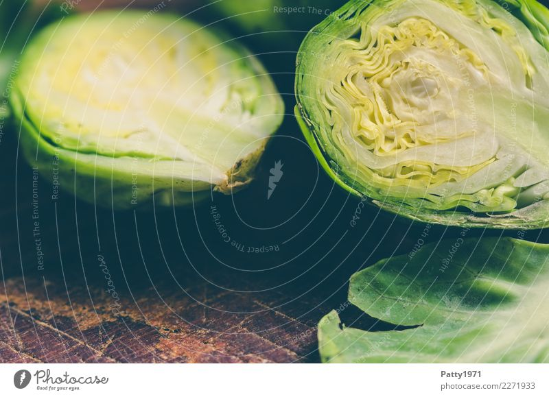 Rosenkohl Lebensmittel Gemüse Ernährung Bioprodukte Vegetarische Ernährung Diät Schneidebrett frisch braun gelb grün genießen Rohkost roh Teilung Farbfoto