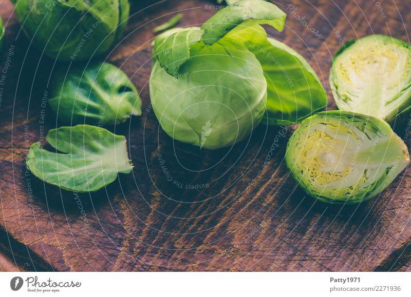 Rosenkohl Lebensmittel Gemüse Bioprodukte Vegetarische Ernährung Diät Schneidebrett frisch braun gelb grün genießen roh Rohkost Teilung Farbfoto Nahaufnahme