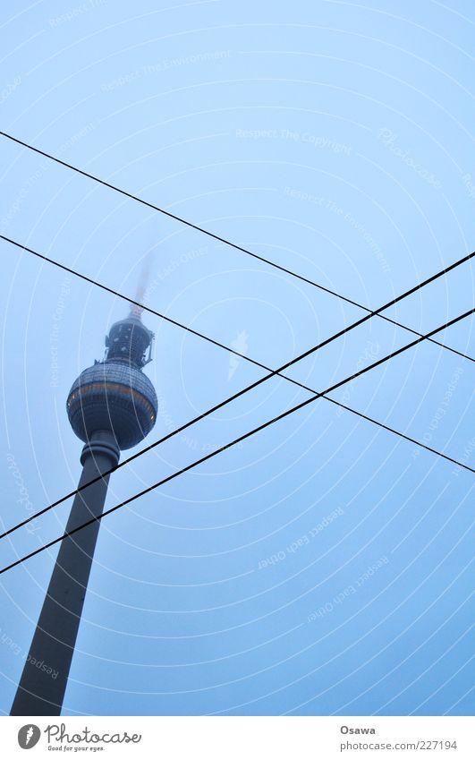 / X Himmel blau Wolken Berlin Architektur Gebäude Nebel Turm Kabel Mitte Kreuz Hauptstadt Dunst Berliner Fernsehturm Fernsehturm bedeckt