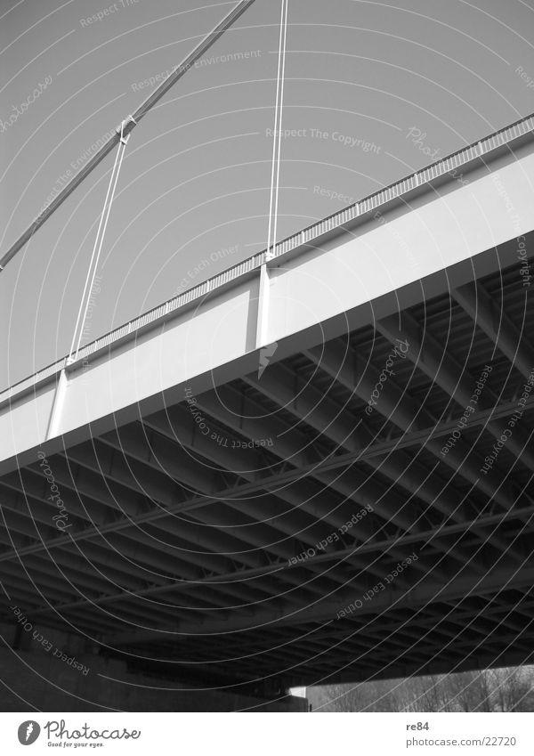 Next to the Bridge Himmel weiß schwarz grau Stein Beton Seil Perspektive Brücke unten Köln Stahl Draht Eisen Rhein