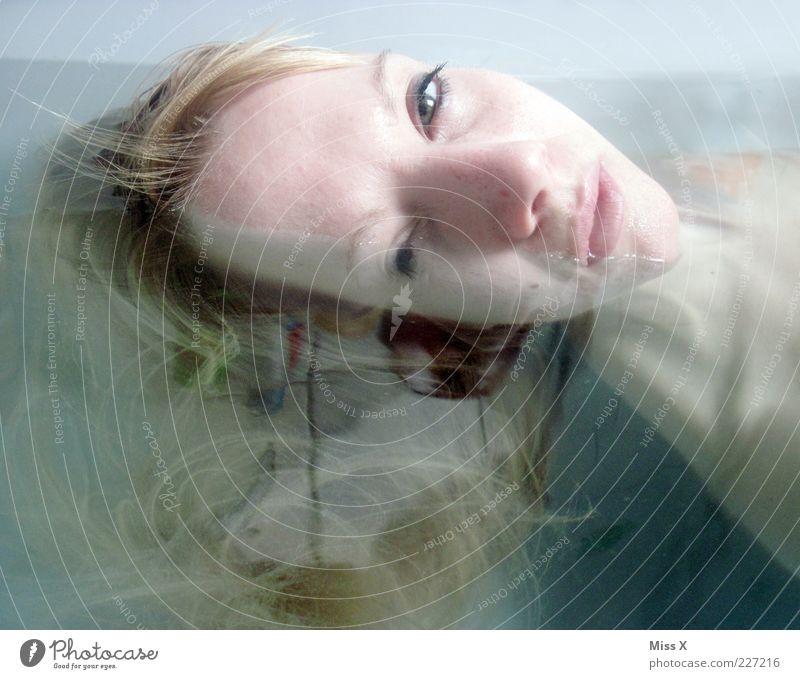 Halb und Halb schön Körperpflege Wellness Schwimmen & Baden Mensch feminin Junge Frau Jugendliche Kopf Haare & Frisuren 1 18-30 Jahre Erwachsene Wasser blond