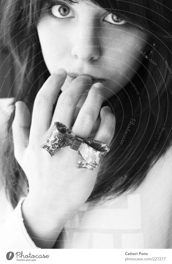 natural Mensch Jugendliche Hand schön Auge feminin Denken Finger niedlich berühren Schmuck Ring langhaarig Schleife Junge Frau Accessoire