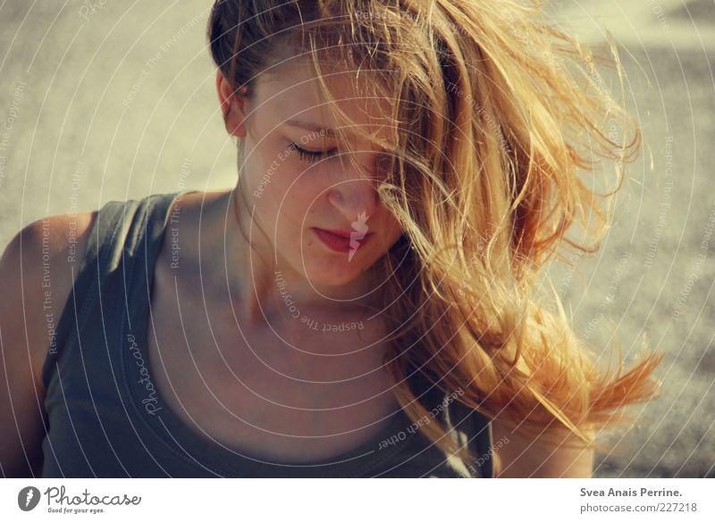 line. feminin Junge Frau Jugendliche Haare & Frisuren Gesicht 1 Mensch 18-30 Jahre Erwachsene Beton Asphalt Bekleidung T-Shirt blond langhaarig leuchten schön
