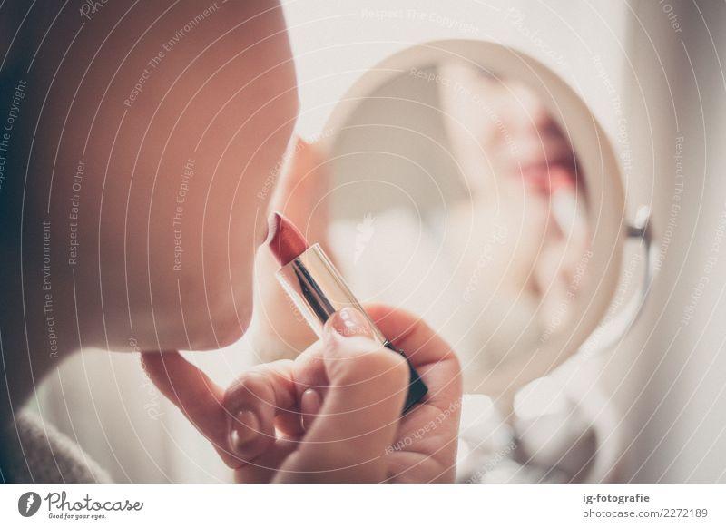 Frau, die sich Lippenstift im Spiegel anzieht Mensch feminin 1 ästhetisch Gefühle rot Farbe Mädchen Spiegelbild Reflexion & Spiegelung Farbfoto