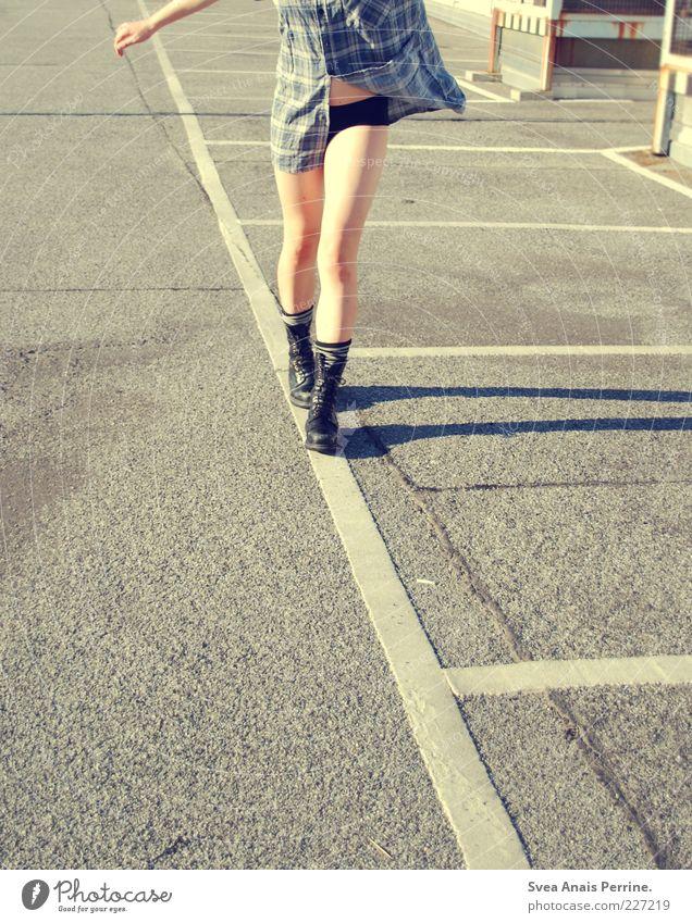 asphalt.390! feminin Junge Frau Jugendliche Bauch Beine 1 Mensch 18-30 Jahre Erwachsene Straßenverkehr Asphalt Springerstiefel Hemd Unterwäsche Stiefel gehen
