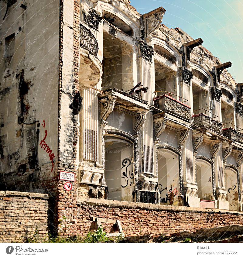 Karma Theater Sommer Ruine Architektur Graffiti alt kaputt Verfall Vergangenheit Vergänglichkeit Zerstörung Mauerreste Farbfoto Außenaufnahme Menschenleer Wien
