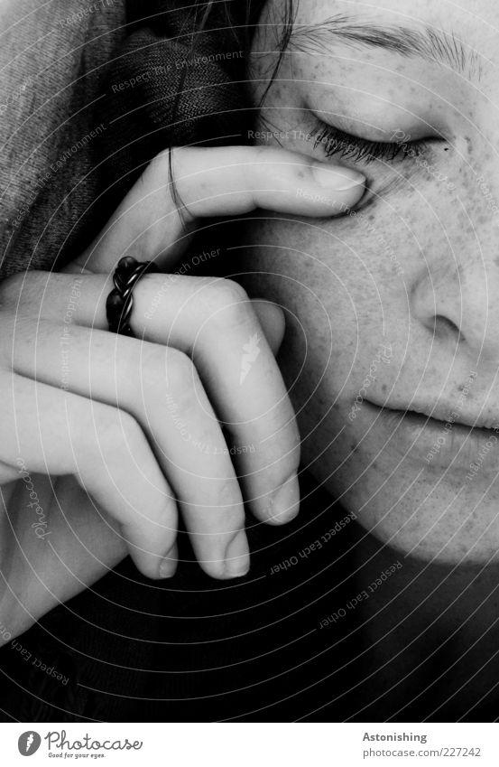 sleeping Mensch feminin Junge Frau Jugendliche Haut Kopf Haare & Frisuren Gesicht Auge Nase Mund Lippen Hand Finger 1 18-30 Jahre Erwachsene Ring liegen