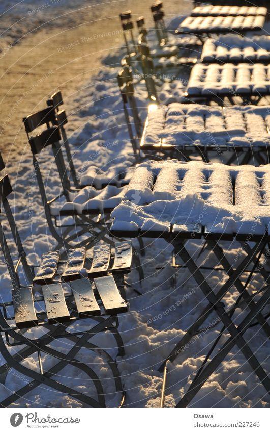 Draußen nur Kännchen Straßencafé leer Schnee Klappstuhl Klapptisch Schneedecke Menschenleer Außenaufnahme Winter Gegenlicht Hochformat Tag