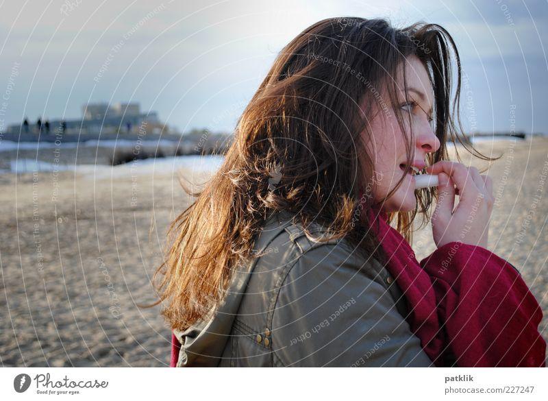 Lippenpflege Körperpflege Lippenstift Erholung Strand feminin Junge Frau Jugendliche Kopf Auge Mund 1 Mensch 18-30 Jahre Erwachsene Schal brünett langhaarig