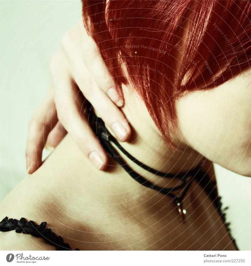 obscure Hand rot Haare & Frisuren Haut Finger berühren Schmuck Halskette Fingernagel rothaarig Junge Frau kurz Lederband Frauenhals