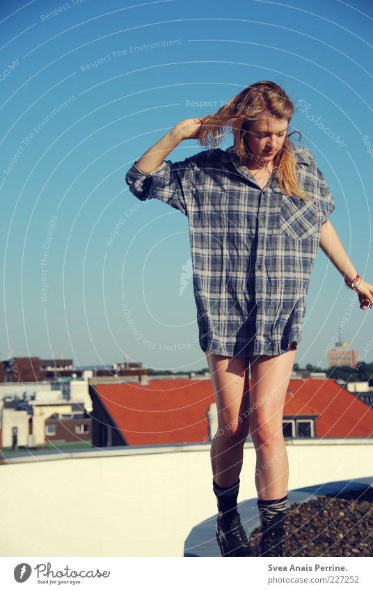 walk the line. Mensch Frau Jugendliche Stadt schön Erwachsene feminin Haare & Frisuren Beine gehen blond außergewöhnlich laufen 18-30 Jahre authentisch