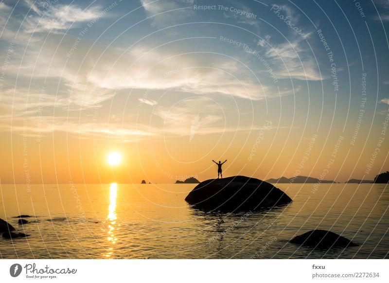 Sonnenuntergang in Koh Lipe Thailand Mann Erfolg Ziel Arme ausgestreckt Insel koh lipe Ferien & Urlaub & Reisen Himmel Abenddämmerung Strand Wasser Meer Wolken