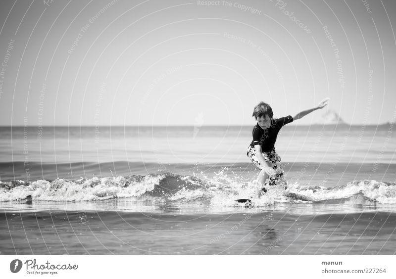 früh übt sich... Kind Mensch Freude Sommer Ferien & Urlaub & Reisen Meer Junge Wellen Kindheit Freizeit & Hobby lernen natürlich Coolness authentisch Fitness Konzentration