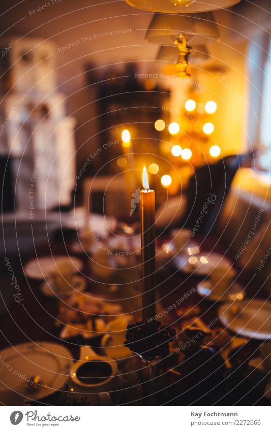 weihnachtlich gedeckter Tisch mit Kerzen und Tellern Lifestyle harmonisch Wohnung Dekoration & Verzierung Wohnzimmer Feste & Feiern Weihnachten & Advent