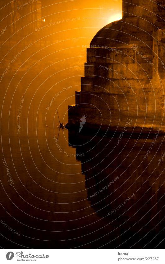 Aura (II) Wasser schwarz gelb dunkel Wand Umwelt Mauer Ecke Fluss Urelemente leuchten Flussufer Endzeitstimmung Lichtschein Isar