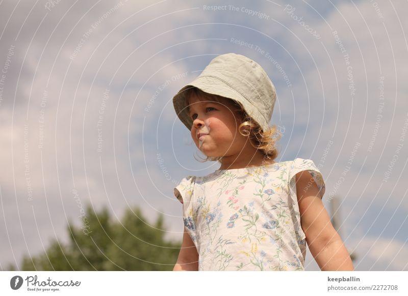 li_010 Spielen Sommer Garten Kindergarten Kleinkind Mädchen Mensch 3-8 Jahre Kindheit Park Spielplatz Mütze Blick stehen Neugier entdecken Farbfoto