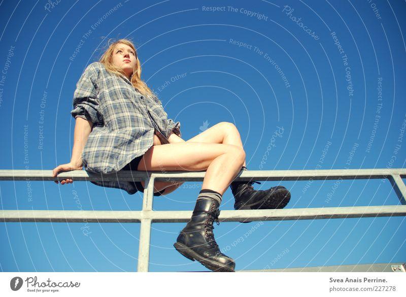 , feminin Junge Frau Jugendliche Beine 1 Mensch 18-30 Jahre Erwachsene Mode Hemd blond langhaarig dünn schön Springerstiefel Wolkenloser Himmel Geländer Porträt