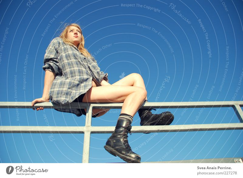 , Mensch Jugendliche schön Erwachsene feminin Beine Mode blond sitzen 18-30 Jahre dünn Junge Frau Geländer Hemd langhaarig Blauer Himmel