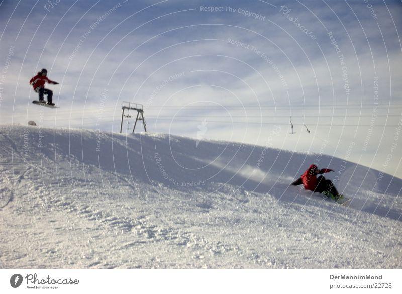Im Snowboard-Himmel Wolken Sport Schnee springen Luftverkehr Rampe Verfolgung