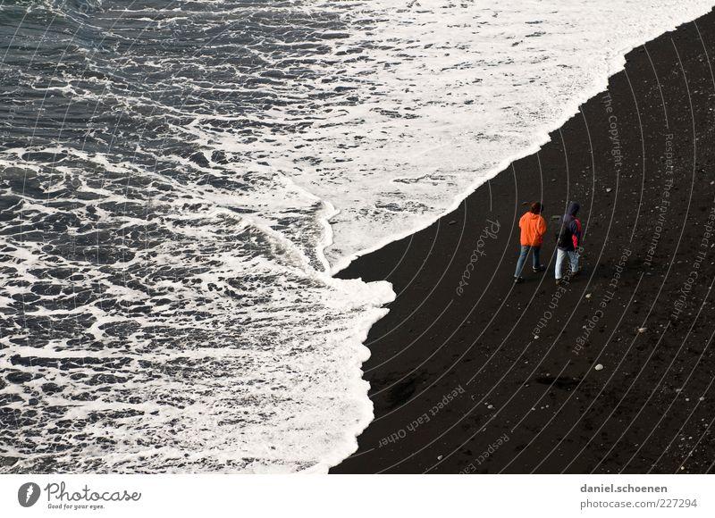 Strandspaziergang Mensch Wasser weiß rot Ferien & Urlaub & Reisen Meer schwarz Küste Paar Zusammensein Wellen maskulin Tourismus Island Partner