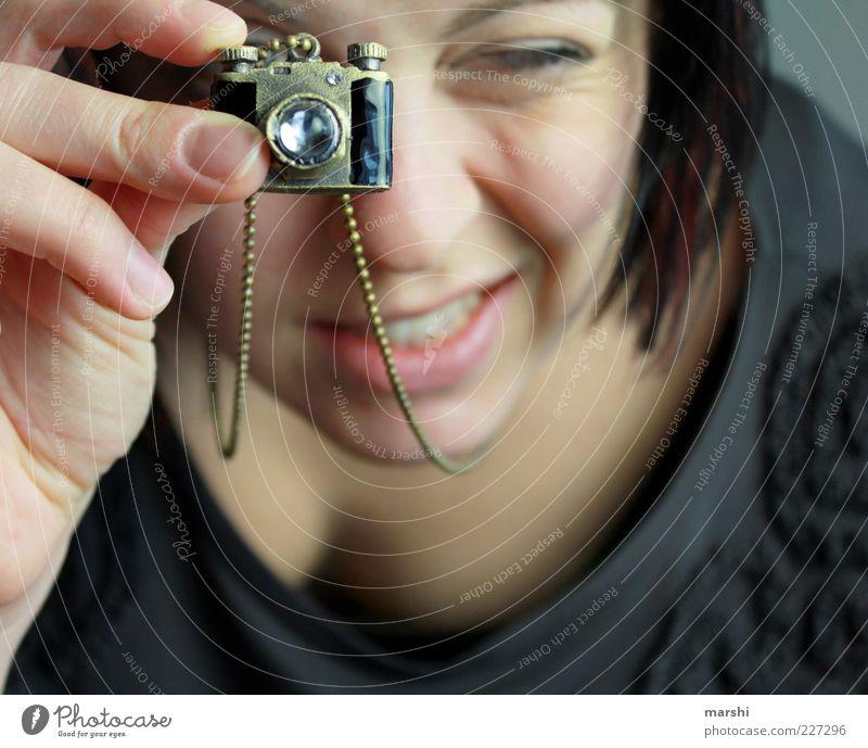 meine neue Kamera Frau Mensch feminin Kopf Erwachsene Stil klein Freizeit & Hobby süß retro außergewöhnlich Fotokamera Schmuck Leidenschaft Kette Fotograf