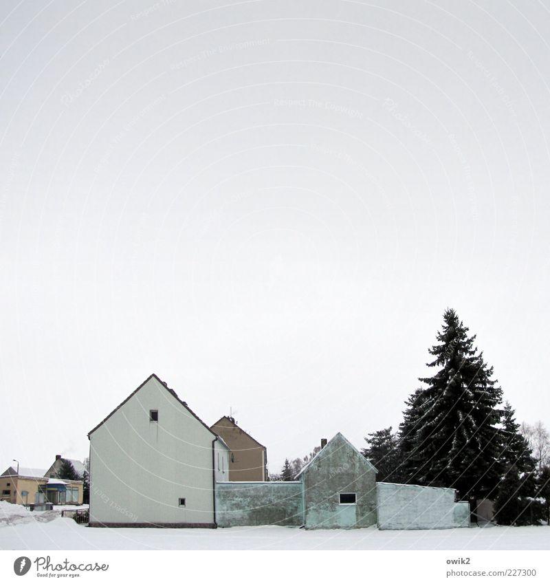Sparsamkeit Himmel blau weiß Baum Haus Winter kalt Fenster Wand Architektur Schnee Mauer Gebäude grau braun Fassade