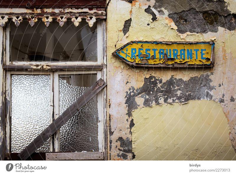 schwächelnde Konjunktur Sommerurlaub Restaurant ausgehen Essen trinken Haus Fassade Fenster Schriftzeichen Schilder & Markierungen Pfeil alt authentisch kaputt