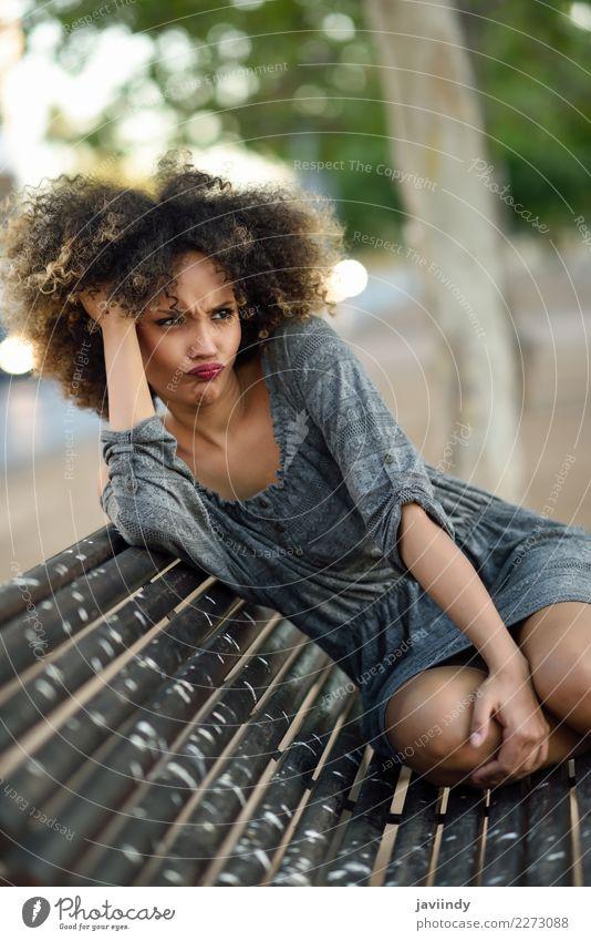 Lustige schwarze Frau mit Afro-Frisur, die auf einer urbanen Bank sitzt. Lifestyle Stil Glück schön Haare & Frisuren Gesicht Mensch feminin Junge Frau