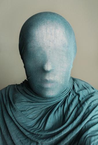 anonyme Hülle Stil Mensch Kopf 1 Gefühle Tuch umhüllen verpackt abstrakt Schleier unklar Gesicht gesichtslos Farbfoto Innenaufnahme Studioaufnahme