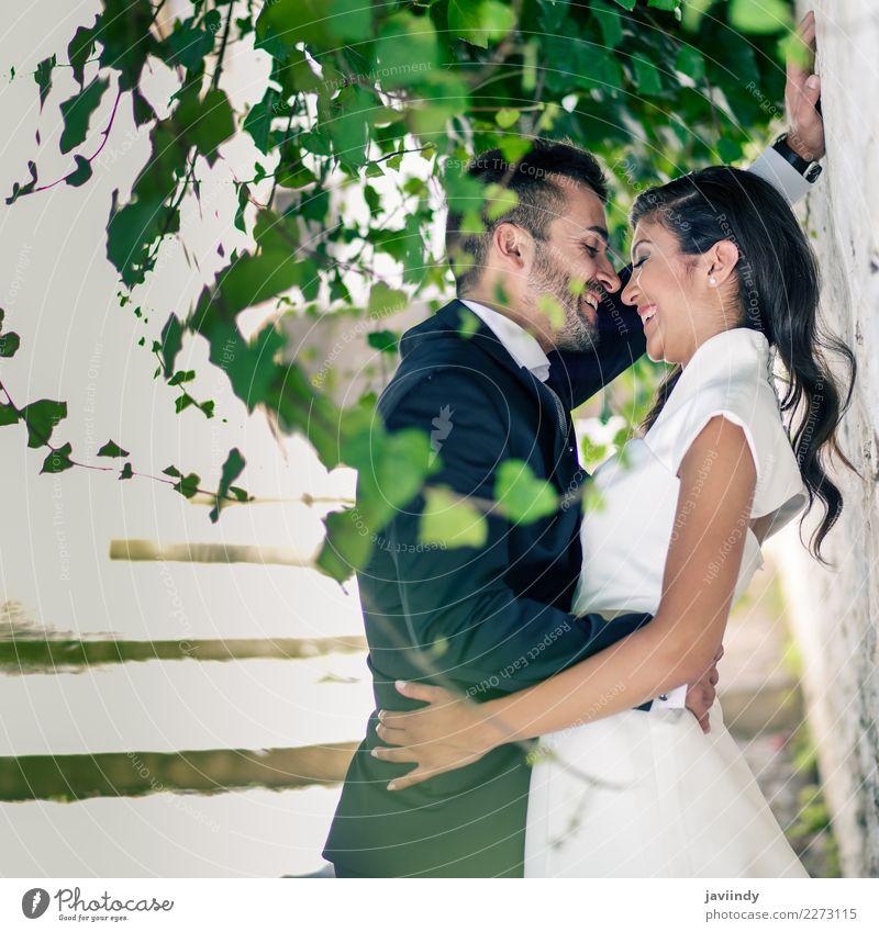 Nur verheiratetes Paar zusammen Feste & Feiern Hochzeit Mensch Junge Frau Jugendliche Junger Mann Erwachsene 2 18-30 Jahre Pflanze Kleid Anzug Küssen Liebe