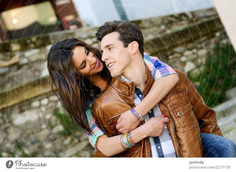 Junges Paar im städtischen Hintergrund Lifestyle Freude Mensch maskulin feminin Junge Frau Jugendliche Junger Mann Erwachsene 2 18-30 Jahre Straße Mode brünett
