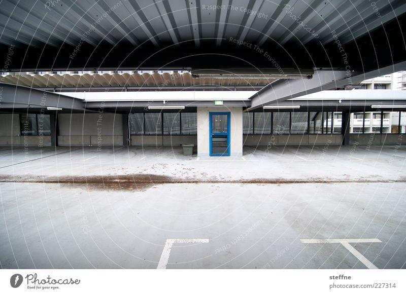 Into the blue Tür Stadt leer Unbewohnt Parkhaus Farbfoto Außenaufnahme Textfreiraum unten Weitwinkel Fahrbahnmarkierung Parkplatz Wellblech Menschenleer