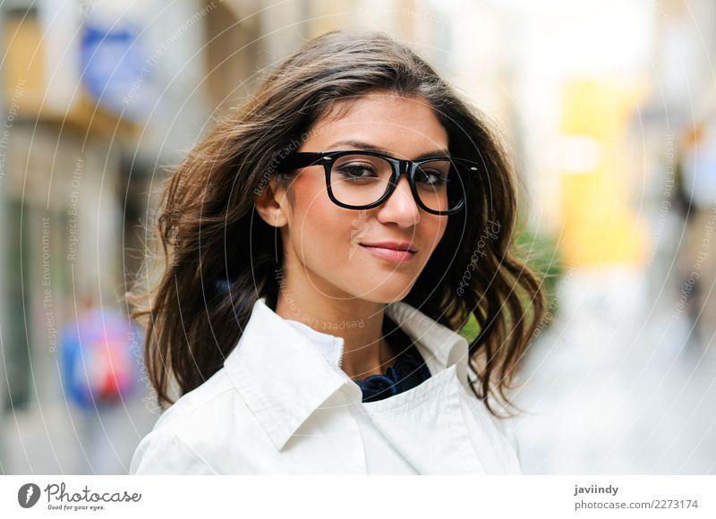 Frau mit Augengläsern lächelnd im städtischen Hintergrund Mensch Jugendliche Junge Frau schön Freude 18-30 Jahre Gesicht Erwachsene Lifestyle Herbst Gefühle