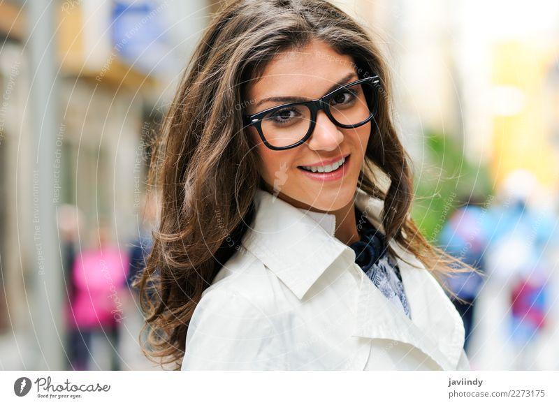 Junge Frau mit den Augengläsern, die in der Straße lächeln Mensch Jugendliche schön ruhig Freude 18-30 Jahre Gesicht Erwachsene Lifestyle Herbst Gefühle feminin
